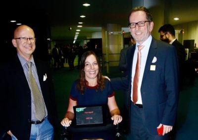 A senadora Mara Gabrilli foi homenageada como embaixadora do Movimento Brasil, País Digital por Francisco Camargo, presidente do Conselho da ABES e Rodolfo Fücher, presidente da ABES