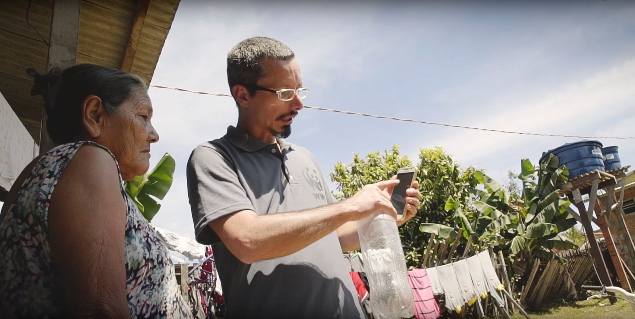Técnicos visitam moradores de Rio Branco e ensinam a usar armadilha que captura ovos de Aedes