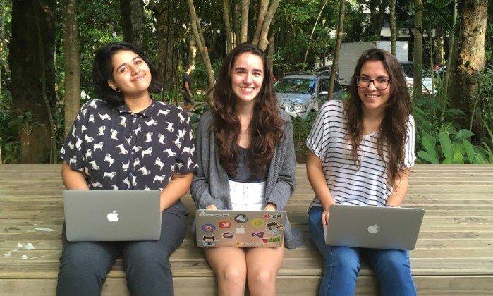 Gabriella Lopes (à esquerda) e duas colegas da PUC-Rio elaboraram um app para ajudar pessoas com crise de pânico - Divulgação