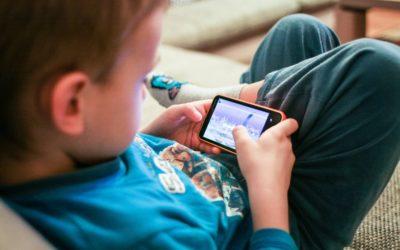 Em lares com smartphone, 72% das crianças de 10 a 12 anos têm celular próprio