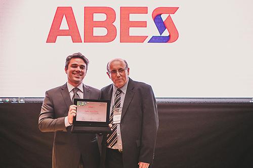 Manoel Antonio dos Santos, diretor jurídico da ABES, entrega a placa a Saul Tourinho, que representou o homenageado Sr. Ayres Britto, advogado e ex-ministro do STF