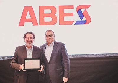 Jorge Sukarie Neto homenageia Mariano Gordinho, Presidente Executivo da ABRADISTI