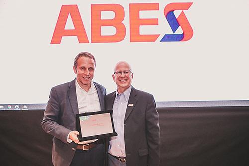 Francisco Camargo entrega a placa para Benjamin Quadros, Presidente do Conselho da Brasscom e CEO da BRQ