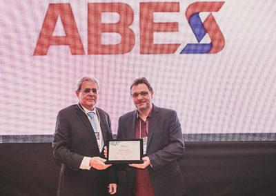 Paulo Milliet Roque  entrega a placa ao Werter Padilha Cavalcante, CEO das empresas Sawluz e Taggen e Coordenador do Comitê de Internet das Coisas da ABES